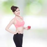 De gelukkige gezondheidsvrouw toont appel Royalty-vrije Stock Foto