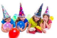 De gelukkige gift van de het puppyhond van jong geitjemeisjes in verjaardagspartij Stock Afbeelding