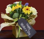 De gelukkige gift van de Moedersdag van de Lentebloemen op donkere houten lijst Royalty-vrije Stock Afbeeldingen