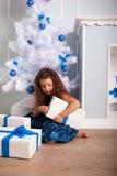 De gelukkige giften van de meisjeholding. Kerstmisconcept royalty-vrije stock afbeeldingen