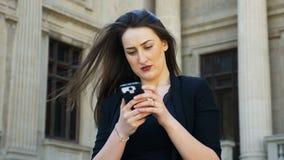 De gelukkige glimlachende bedrijfsvrouw die selfie foto verzenden gebruikend smartphone en lezend geeft op sociale media commenta stock footage