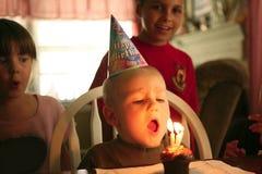 De gelukkige Glimlachende Jongen die van de Baby Zijn Verjaardag viert royalty-vrije stock afbeeldingen