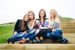 De gelukkige glimlachende vrienden die van tienermeisjes pretoutdoo hebben Royalty-vrije Stock Afbeelding
