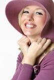 De gelukkige glimlachende vrouw in groot brimmed sunhat royalty-vrije stock afbeelding