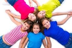 De gelukkige groep die van jong geitjemeisjes luchtmenings liggende cirkel glimlachen Royalty-vrije Stock Foto's