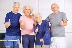 De gelukkige groep oudsten het houden beduimelt omhoog