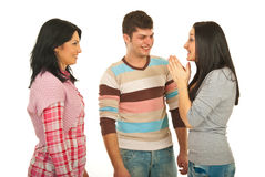 De gelukkige groep vrienden bespreekt royalty-vrije stock afbeelding