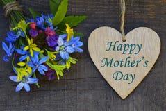 De gelukkige de groetkaart van de Moeder` s Dag met de lente bloeit boeket en decoratief hart op oude houten achtergrond Royalty-vrije Stock Foto