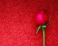 De gelukkige de groetkaart van de Valentijnskaartendag met rood nam op schitterende achtergrond met copyspace toe Vlak leg royalty-vrije stock afbeelding
