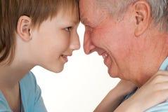 De gelukkige grootvader met zijn kleinzoon fooled Stock Foto's