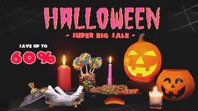 De gelukkige Halloween-truc of behandelt suikergoed met Halloween-decoratie stock videobeelden