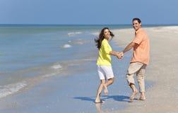 De gelukkige Handen van de Holding van het Paar Lopende op een Strand Royalty-vrije Stock Afbeeldingen