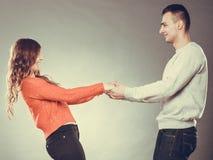 De gelukkige handen van de paarholding Het concept van de liefde Royalty-vrije Stock Foto's