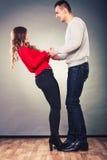 De gelukkige handen van de paarholding Het concept van de liefde Stock Foto