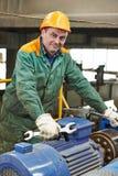 De gelukkige hersteller van de de industriearbeider met moersleutel Stock Foto