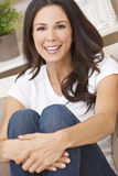 De gelukkige het Glimlachen Mooie Zitting van de Vrouw op Bank Stock Afbeeldingen