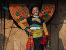 De gelukkige Hmong-Vrouw borduurt in zonsondergang, Ta Xua, Zoonsla, Vietnam stock fotografie