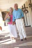 De gelukkige Hogere Holding van het Paar dient Winkelcomplex in Royalty-vrije Stock Foto