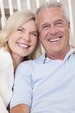 De gelukkige Hogere Man & de Vrouw koppelen thuis het Glimlachen Stock Foto