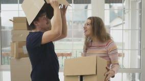 De gelukkige hoofden van echtpaarhuiden binnen de doos stock videobeelden