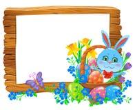 De gelukkige houten banner van Pasen met konijn in mand en bloemen stock foto