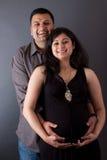 De gelukkige Indische Echtgenoot van het Oosten met zijn Zwangere vrouw Stock Foto's