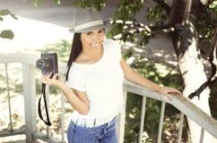 De gelukkige jonge camera van de vrouwenholding Stock Foto