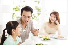 De gelukkige jonge Familie geniet van hun diner royalty-vrije stock fotografie