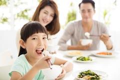 De gelukkige jonge Familie geniet van hun diner Stock Foto