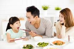 De gelukkige jonge Familie geniet van hun lunch royalty-vrije stock afbeeldingen