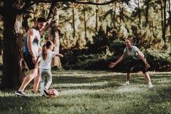 De gelukkige Jonge Familie heeft Pret Openlucht in de Zomerpark stock fotografie