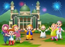 De gelukkige jonge geitjes vieren voor eid Mubarak met moskee en vuurwerkachtergrond vector illustratie