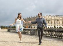 De gelukkige Jonge Handen van de Paar Lopende Holding royalty-vrije stock afbeeldingen