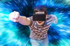 De gelukkige jonge mens speelt het rennen videospelletje in 3D virtuele werkelijkheidssimulator Stock Foto's