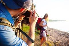 De gelukkige jonge parenreiziger met rugzak neemt foto bij bos, Reis en wandelingsconcept royalty-vrije stock foto's