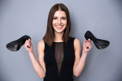 De gelukkige jonge schoenen van de vrouwenholding Stock Fotografie
