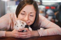 De gelukkige jonge vrouw aanbidt haar huisdierenfret Stock Fotografie