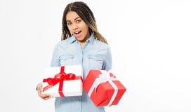 De gelukkige jonge vrouw die rode en witte giftdozen houden isoleerde - het concept vakantie en kortingen in opslag stock afbeelding