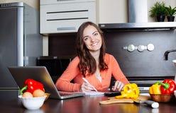 De gelukkige jonge vrouw doet bankwezen en administratieve het werkholdi Stock Fotografie
