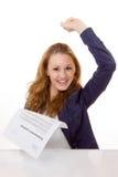 De gelukkige jonge vrouw is gelukkig over haar arbeidsovereenkomst Royalty-vrije Stock Foto