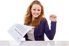 De gelukkige jonge vrouw is gelukkig over haar arbeidsovereenkomst Royalty-vrije Stock Foto's