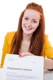 De gelukkige jonge vrouw is gelukkig over haar arbeidsovereenkomst Royalty-vrije Stock Afbeelding