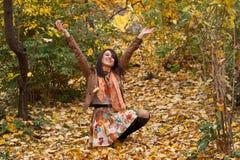 De gelukkige jonge vrouw geniet van de herfst Royalty-vrije Stock Foto's