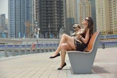 De gelukkige jonge vrouw met puppy heeft pret Royalty-vrije Stock Afbeeldingen