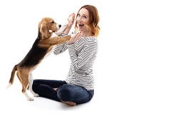 De gelukkige jonge vrouw speelt met puppy royalty-vrije stock foto
