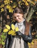 De gelukkige jonge vrouw van de herfst Royalty-vrije Stock Foto