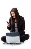 De gelukkige jonge vrouw werd enkel haar telefoongesprek royalty-vrije stock fotografie