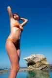 De gelukkige jonge vrouw zonnebaadt Stock Foto's