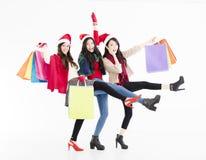 De gelukkige jonge vrouwengroep geniet Kerstmis van het winkelen Stock Foto's