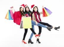 De gelukkige jonge vrouwengroep geniet Kerstmis van het winkelen Stock Fotografie